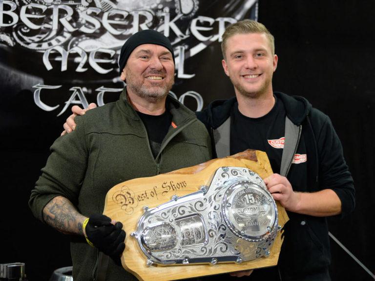 Foto Eddy (Berserker Metal Tattoo) mit dem handgravierten Best-of-Show-Pokal