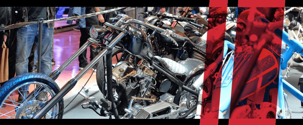 Umgebaute Motorräder in der Ausstelung